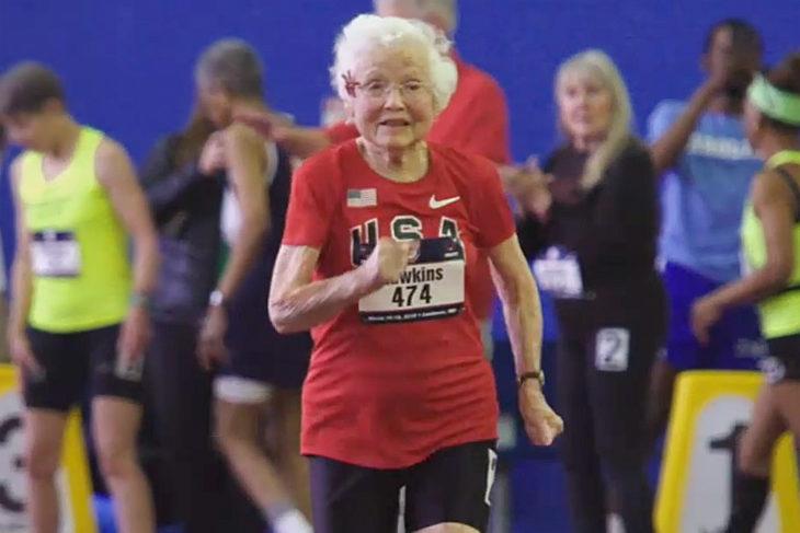 Julia Hawkins corriendo en la pista con camiseta roja