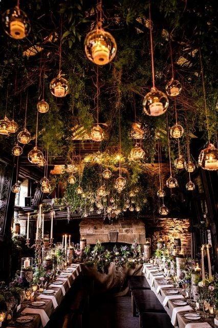 salón de fiesta decorado con velas y lamparas en el techo