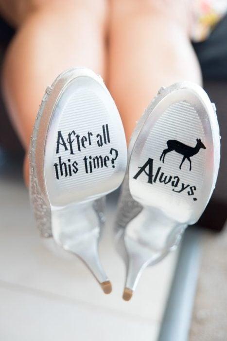 Zapatillas para boda en tono plateado con mensaje en la suele inspirado en Harry Potter