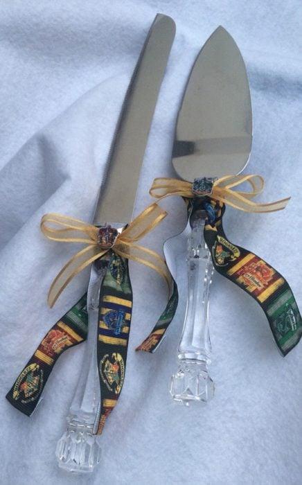 Cuchillos para partir pastel decorados con guiños a la película de Harry Potter