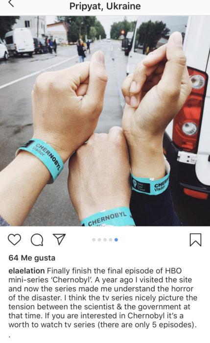 tres manos con pulseras que dicen Chernobyl las cuales usan los turistas que van al lugar