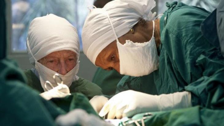 Mamitu Gashe en una cirugía