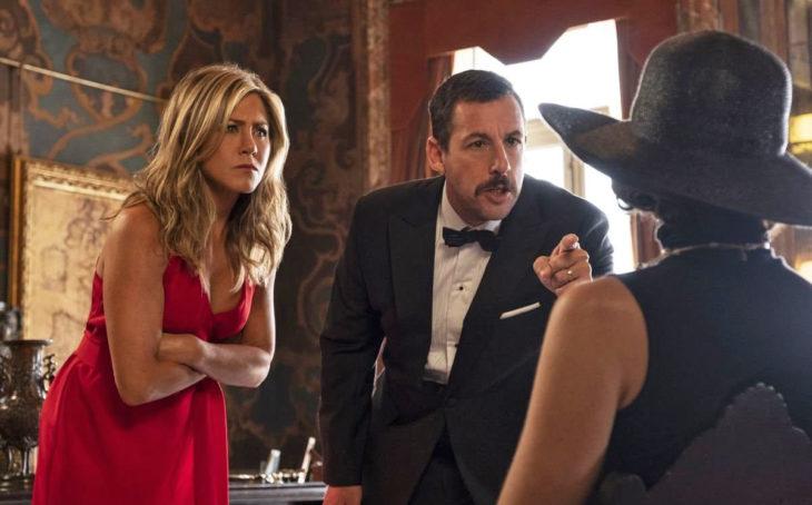 escena de la película Murder Mystery en donde se ven Adam Sandler y Jennifer Aniston interrogando a una persona