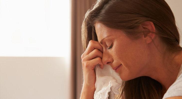 mujer llorando se limpia con un pañuelo