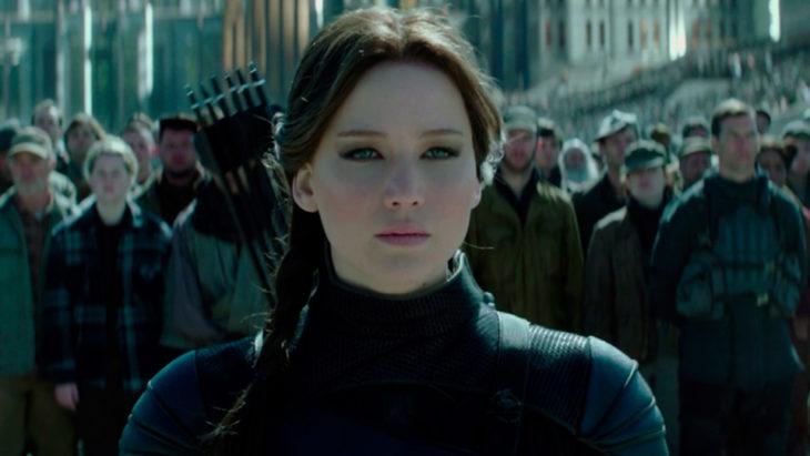 Jennifer Lawrence interpretando a Katniss Everdeen en Los Juegos del Hambre, Sinsajo