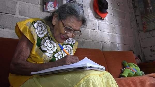 Lupita, adulta de 96 años aprendiendo a leer y escribir
