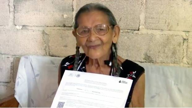 Lupita, adulta de 96 años recibiendo su certificado de aprendizaje SEP México