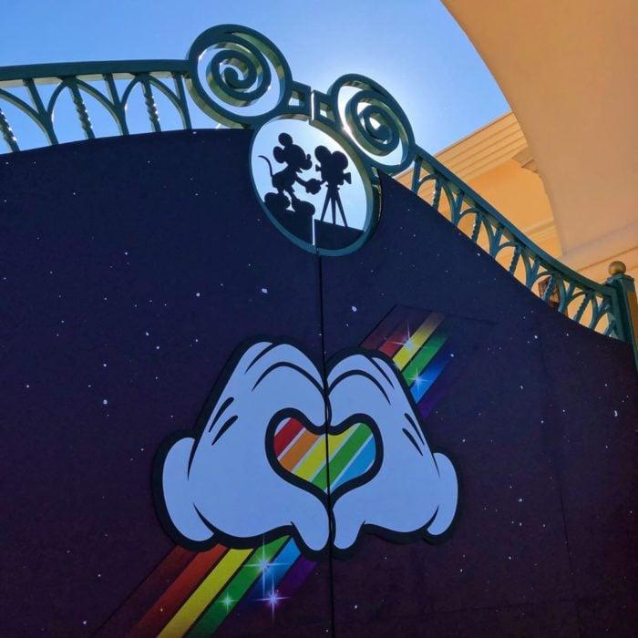 Magical Pride en Disneylandia; puerta de parque de diversiones con bandera de colores