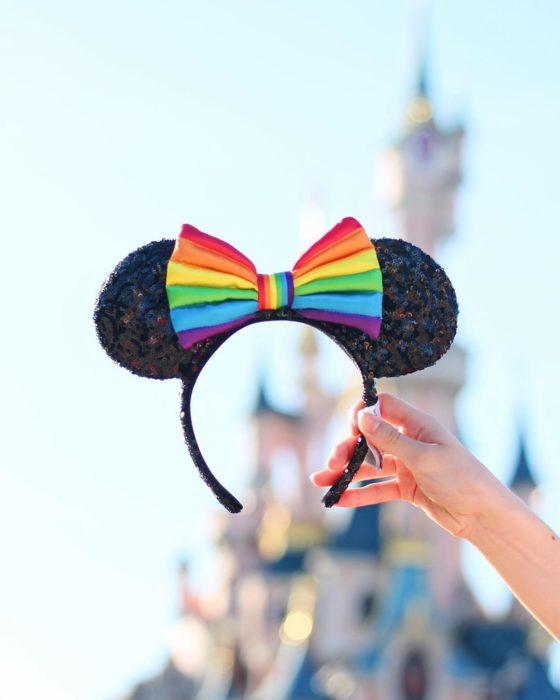 Magical Pride en Disneylandia; diadema de orejas de Minnie Mouse con moño de colores
