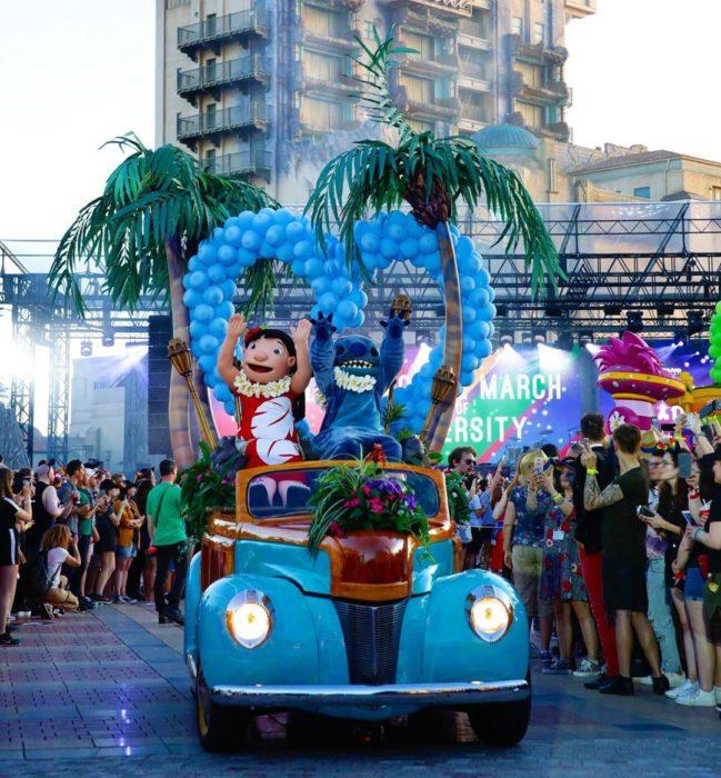Magical Pride en Disneylandia; desfile por la diversidad; Lilo y Stitch en carro alegórico