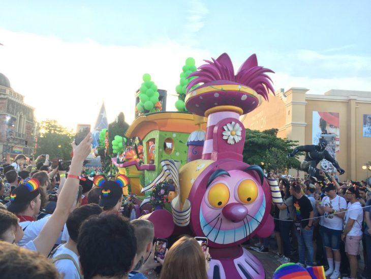 Magical Pride en Disneylandia; carro alegórico de gato de Alicia en el País de las Maravillas en desfile por la diversidad