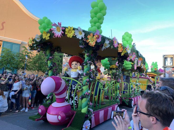 Magical Pride en Disneylandia; carro alegórico de Toy Story en desfile por la diversidad de Disney