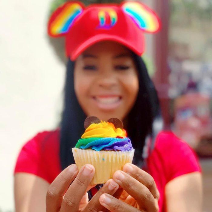 Magical Pride en Disneylandia; muffin de colores con orejas de Mickey Mouse