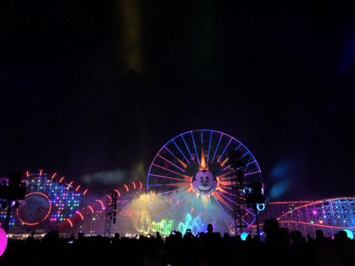 Magical Pride en Disneylandia; montaña rusa y rueda de la fortuna de Disney con luces de bandera de colores