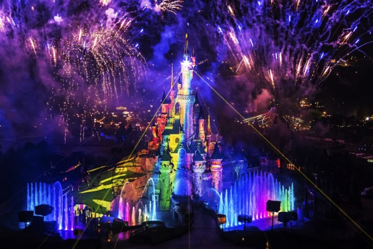 Magical Pride en Disneylandia; castillo de parque de diversiones iluminado con colores