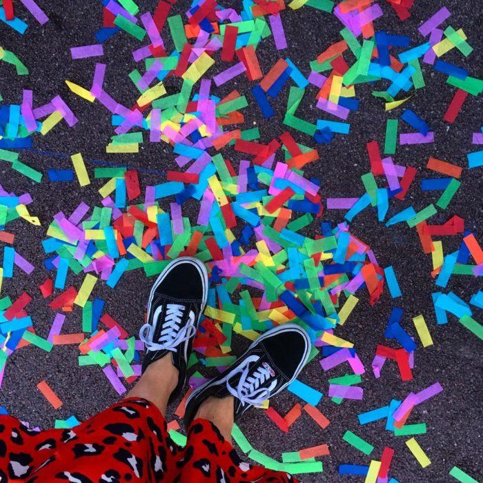 Magical Pride en Disneylandia; confeti de colores en el suelo