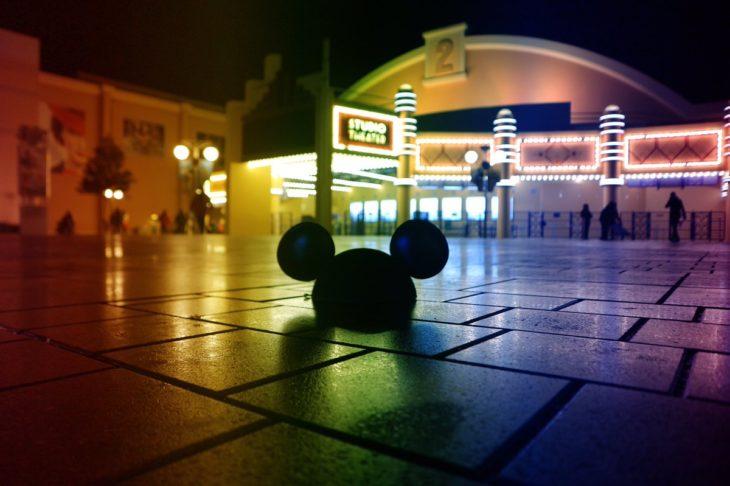 Magical Pride en Disneylandia; gorra de orejas de Mickey Mouse en el suelo