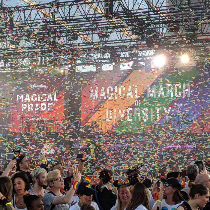 Magical Pride en Disneylandia; personas con cachuchas de Mickey Mouse