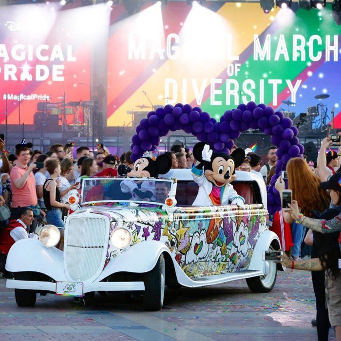 Magical Pride en Disneylandia; Mickey y Minnie en carro en el desfile por la diversidad