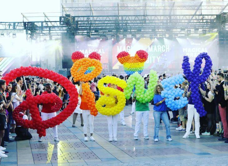 Magical Pride en Disneylandia; desfile por la diversidad; globos de colores formando la palabra Disney