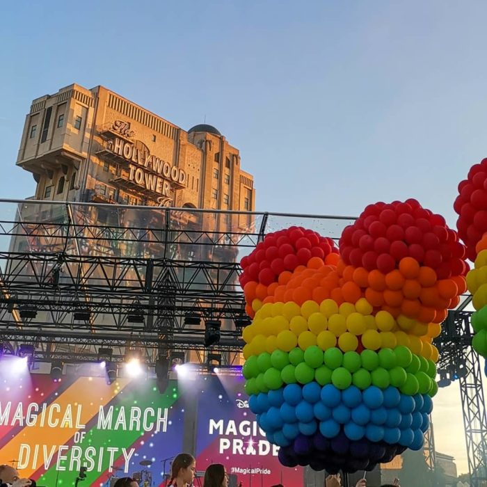 Magical Pride en Disneylandia; globo de colores con la forma de Mickey Mouse