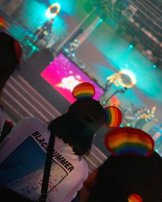 Magical Pride en Disneylandia; chica con gorra con orejas de Mickey Mouse