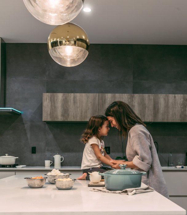 Madre e hija en cocina