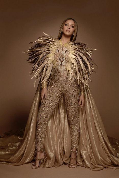 Beyoncé usando un traje con el rostro de un león al frente y una larga capa en los hombros