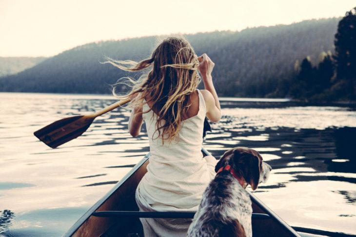 Chica remando kayak en lago