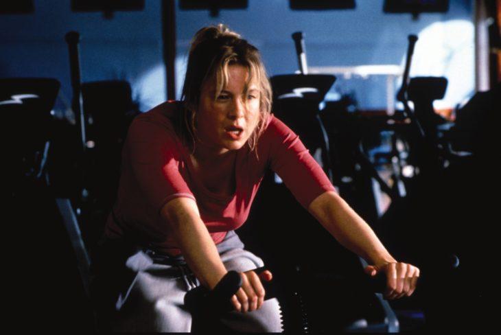 Escena de el diario de bridget Jones. Bridget haciendo ejercicio en una bicicleta estatica
