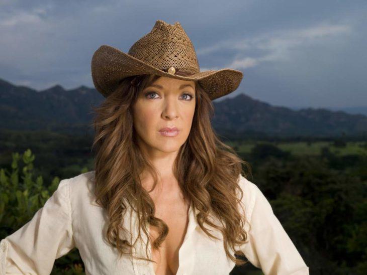 Edith González caracterizada como doña Bárbara con sombrero