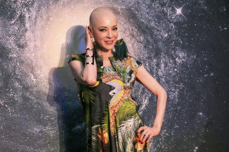 Edith González con un vestido floreado y su cabeza rapada