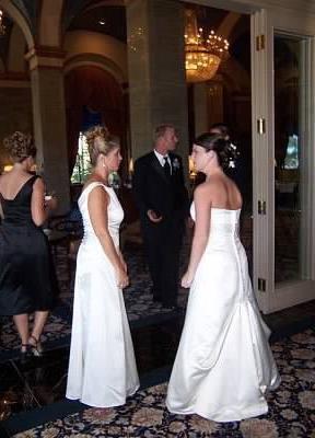 Mujeres vestidas de blanco durante una boda