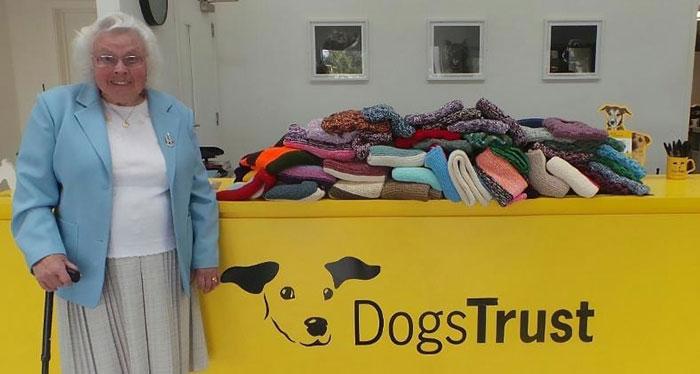 Mujer de 89 años que dona abrigos y mantas para los perritos de un refugio en Inglaterra