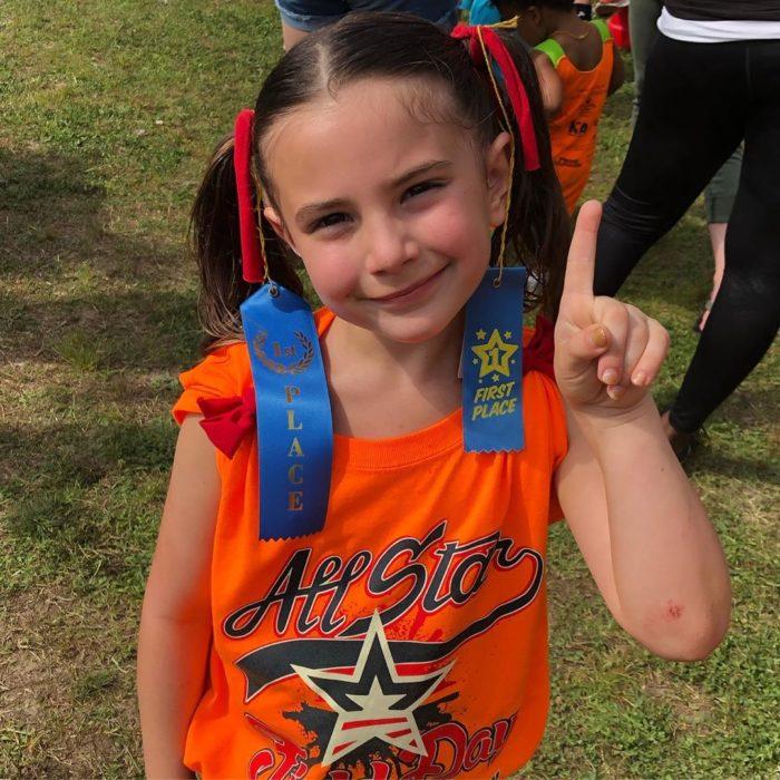Lexi Rabe, niña que interpretó a Morgan Stark durante un evento de porristas en su escuela