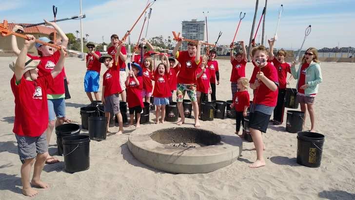 Niños limpiando las playas para librarlas de la basura