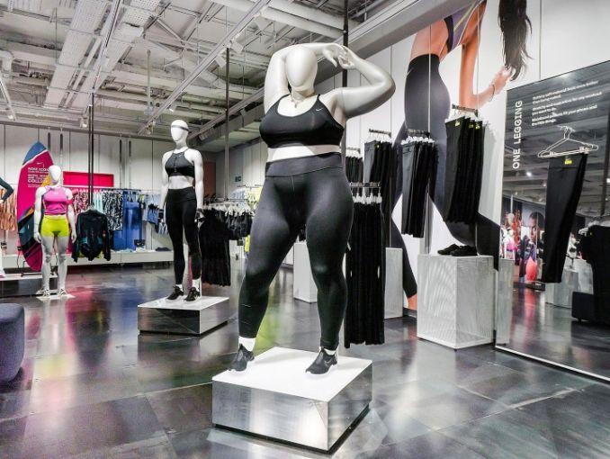 maniquís de talla grande en la tienda de Nike