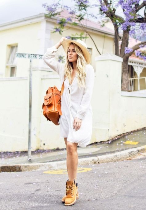 Chica usando vestido blanco de manta con botas amarillas