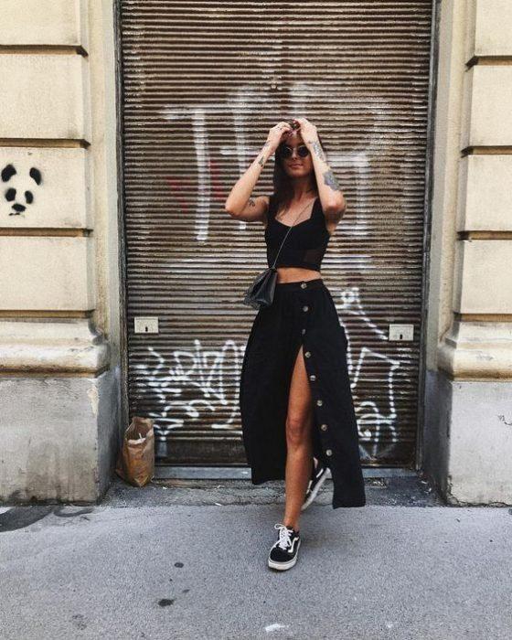 chica con maxifalda y abertura, modelando en un callejón