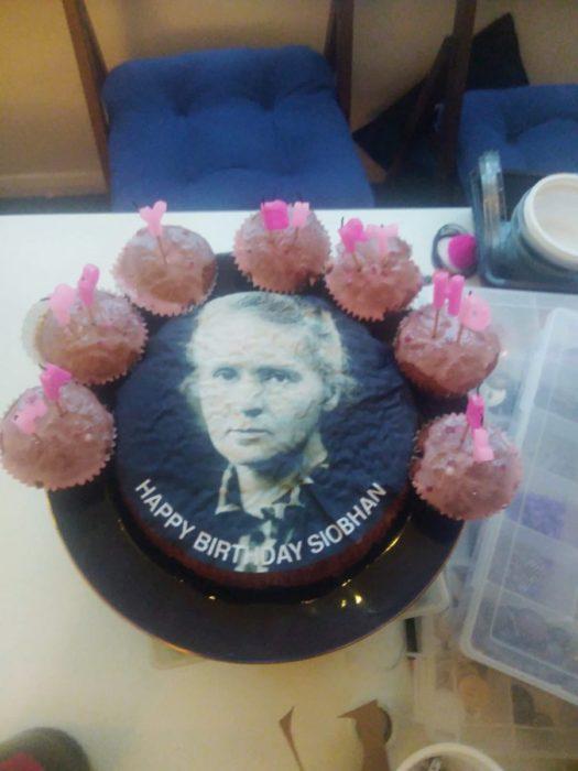 Para su cumpleaños, chica pide un pastel de Mariah Carey, pero sus amigos se confunden y le dan uno de Marie Curie