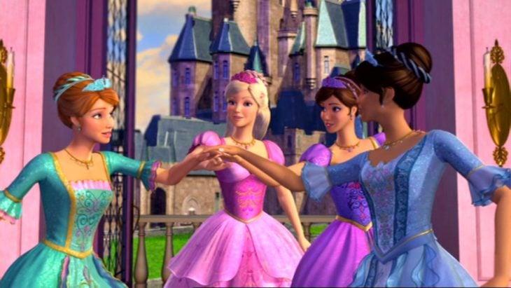 Escena de la película Barbie y las tres mosqueteras. Amigas Barbie chocando los puños en señal de saludo