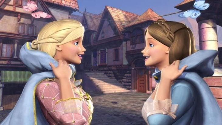 Escena de la película Barbie la princesa y la plebeya. Mejores amigas conociéndose