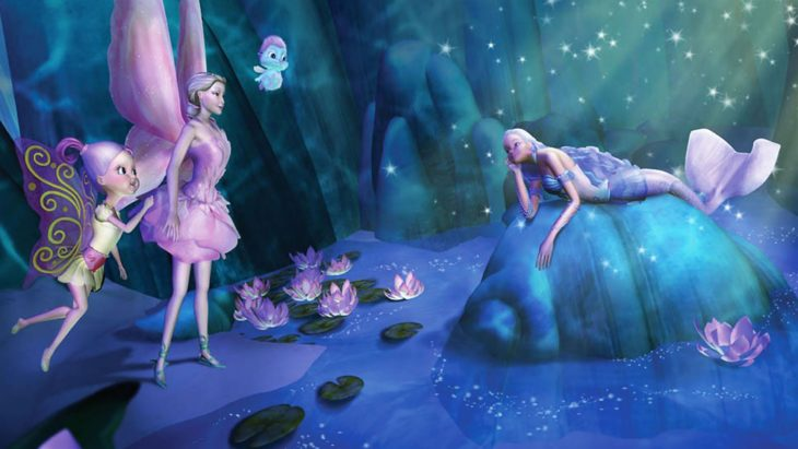 Escena de la película Barbie Fairytopia. Hadas conversando sobre una roca en un mágico lugar