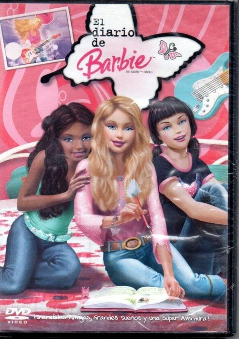 Poster del DVD de la película diarios de Barbie. Tres chicas sentadas en la cama conversando.