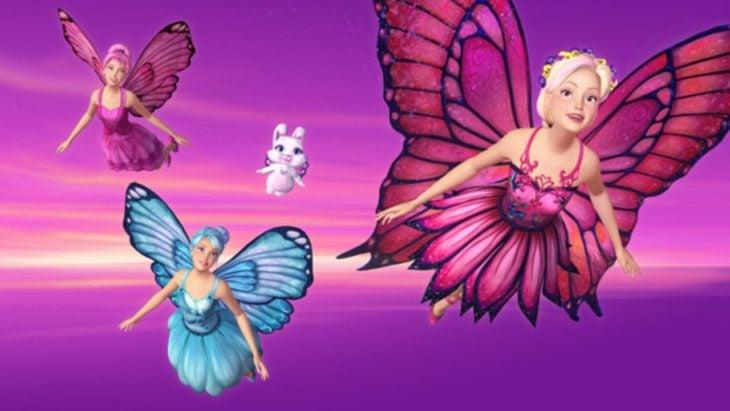 Escena de la película: Barbie y sus amigas mariposas. Barbie volando con alas de mariposa junto a sus amigas