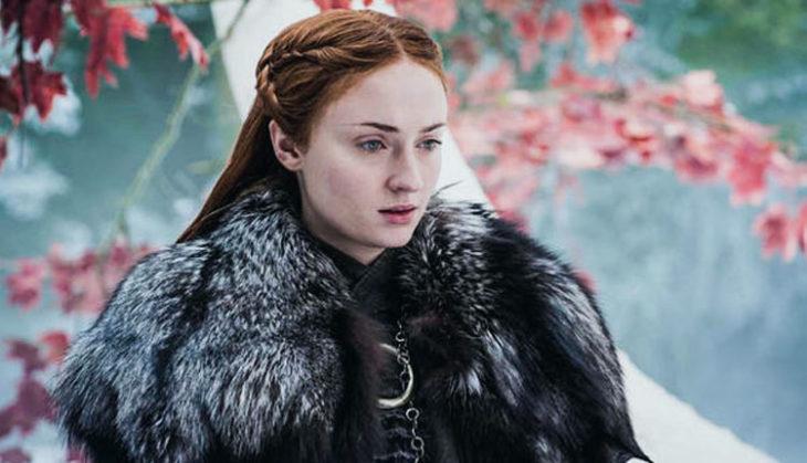 Sansa Stark bajo un cerezo congelado, escena de la serie Game of thrones