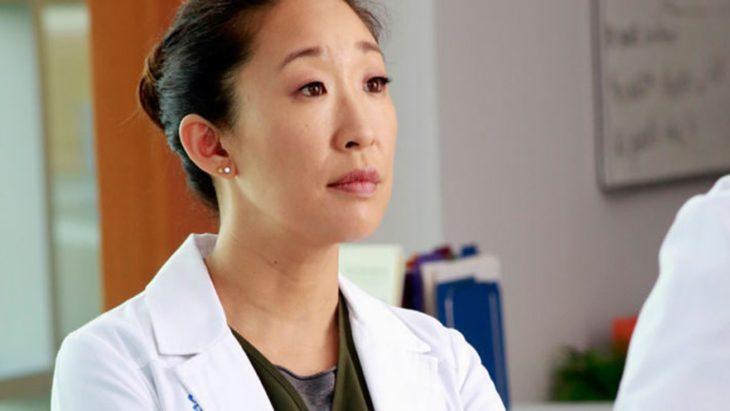 Cristina Yang melancólica a mitad del pasillo de urgencias de un hospital, escena de la serie grey's anatomy