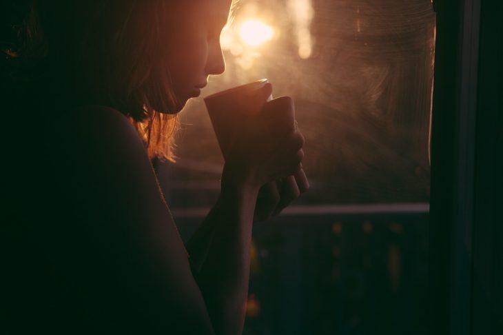 contraluz de una mujer tomando de una taza