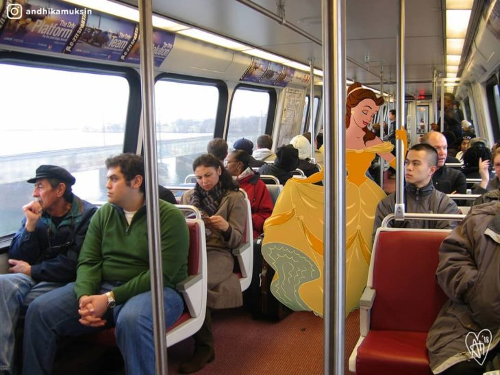 Artista Andhika Muksin recrea personajes Disney; princesa Bella con vestido amarillo en el camión con mucha gente