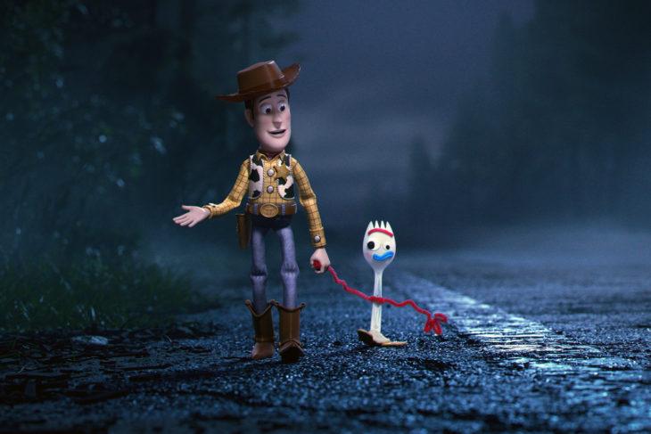 Escena de la película Toy Story 4. Woody caminando de la mano de Forky